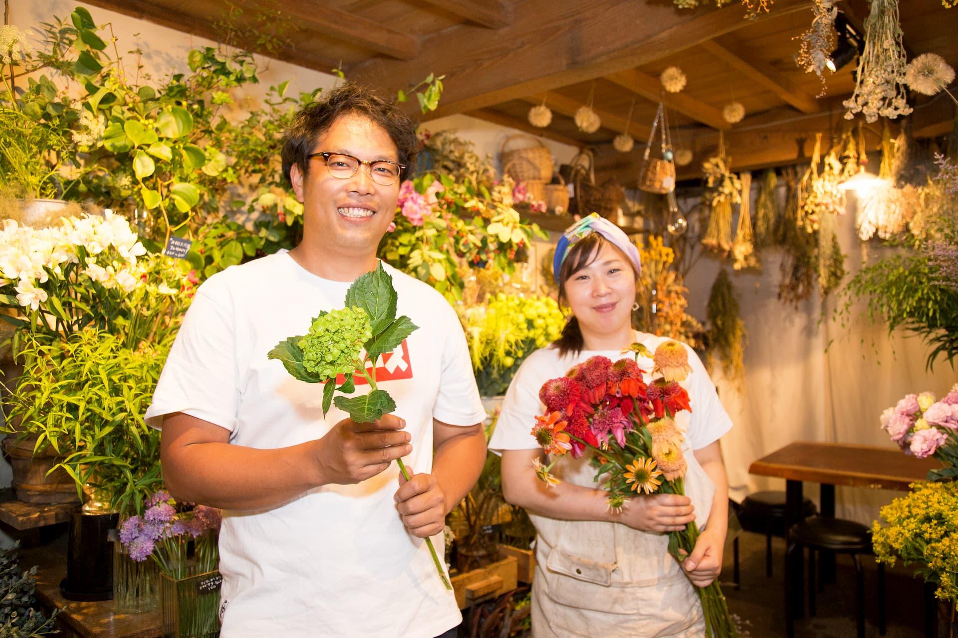 蔵の花屋 コトハ オーナーの滝島 聡(たきしま さとし)さんと店長の浅井祐子(あさい ゆうこ)さん